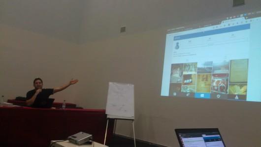 Manuel, som arrangerade GNU social camp, presenterar Nidrons profil som ett bra exempel av quit.im-användning till en del icke-tekniker som var del av en parallell konferens.